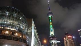 Η Σαγκάη προσανατολίζει τον πύργο TV μαργαριταριών τη νύχτα, πετώντας σύννεφο χρονικού σφάλματος απόθεμα βίντεο