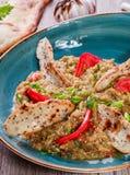 Η σαλάτα έψησε τη μελιτζάνα με τα πράσινες κρεμμύδια, croutons και τις ντομάτες στο ξύλινο υπόβαθρο Στοκ Φωτογραφίες