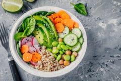 Η σαλάτα κύπελλων του Βούδα Vegan με το σπανάκι, quinoa, έψησε chickpeas, το ψημένο στη σχάρα κοτόπουλο, το αβοκάντο, edamame τα  Στοκ Εικόνες