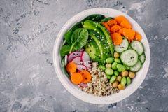 Η σαλάτα κύπελλων του Βούδα Vegan με το σπανάκι, quinoa, έψησε chickpeas, το ψημένο στη σχάρα κοτόπουλο, το αβοκάντο, edamame τα  Στοκ εικόνες με δικαίωμα ελεύθερης χρήσης