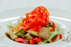Η σαλάτα με το πιπέρι της Τουρκίας ξεφυτρώνει, cornichons και λαχανικά, σε ένα άσπρο πιάτο σε ένα ελαφρύ υπόβαθρο Στοκ φωτογραφία με δικαίωμα ελεύθερης χρήσης