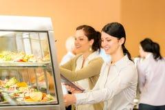 η σαλάτα πιάτων μεσημεριανού γεύματος καφετερίων παίρνει τις νεολαίες γυναικών Στοκ φωτογραφία με δικαίωμα ελεύθερης χρήσης