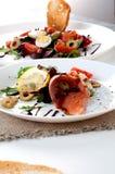Η σαλάτα σολομών πρασινίζει την άσπρη σάλτσα λεμονιών πιάτων στοκ εικόνα με δικαίωμα ελεύθερης χρήσης