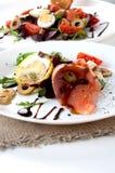 Η σαλάτα σολομών πρασινίζει την άσπρη σάλτσα πιάτων ελιών στοκ φωτογραφίες με δικαίωμα ελεύθερης χρήσης