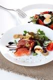 Η σαλάτα σολομών πρασινίζει τη βαλσαμική σάλτσα ελιών στοκ εικόνες
