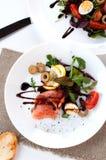 Η σαλάτα σολομών πρασινίζει τη βαλσαμική σάλτσα λεμονιών ντοματών στοκ φωτογραφία με δικαίωμα ελεύθερης χρήσης