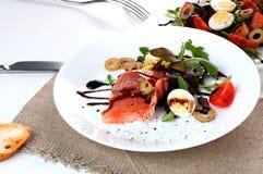 Η σαλάτα σολομών πρασινίζει τη βαλσαμική σάλτσα λεμονιών στοκ φωτογραφίες