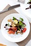 Η σαλάτα σολομών πρασινίζει τη βαλσαμική σάλτσα ντοματών ελιών στοκ φωτογραφίες