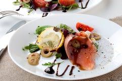 Η σαλάτα σολομών πρασινίζει το άσπρο πιάτο λεμονιών ελιών στοκ φωτογραφία με δικαίωμα ελεύθερης χρήσης