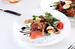 Η σαλάτα σολομών πρασινίζει το λεμόνι ελιών βαλσαμικό στοκ εικόνα με δικαίωμα ελεύθερης χρήσης