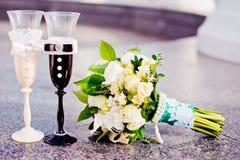 η σαμπάνια διακόσμησε το διακοσμητικό γάμο γυαλιών λουλουδιών Στοκ Φωτογραφίες