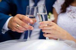 η σαμπάνια διακόσμησε το διακοσμητικό γάμο γυαλιών λουλουδιών Στοκ Εικόνες