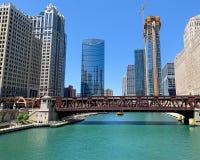 Η σαφής άποψη του Σικάγου ως ταξί νερού περνά κάτω από καλά τον ποταμό του ST bridgeon Σικάγο στοκ εικόνα με δικαίωμα ελεύθερης χρήσης
