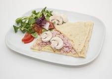 Η σαλάτα ζαμπόν και μανιταριών crepe Στοκ Εικόνα