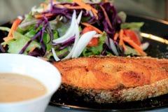 Η σαλάτα σολομών έχει τα λαχανικά και τον επίδεσμο Στοκ φωτογραφία με δικαίωμα ελεύθερης χρήσης