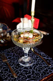 Η σαλάτα συντακτών ` s με το αυγό κυνήγησε λαθραία σε ένα όμορφο εκλεκτής ποιότητας πιάτο Στοκ Φωτογραφία