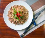 Η σαλάτα των σύκων και των φυστικιών με το κόκκινο τσίλι και τα χορτάρια τρώνε με το ρύζι Στοκ εικόνα με δικαίωμα ελεύθερης χρήσης