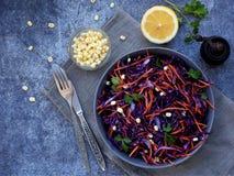 Η σαλάτα φρέσκων λαχανικών με το πορφυρό λάχανο, καρότο, βλάστησε mung, μαϊντανός στο γκρίζο πιάτο αργίλου στο σκοτεινό υπόβαθρο  Στοκ φωτογραφία με δικαίωμα ελεύθερης χρήσης
