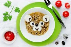 Η σαλάτα Funchoza με τα νουντλς ρυζιού διαμόρφωσε αστείο αντέχει το πρόσωπο Στοκ φωτογραφία με δικαίωμα ελεύθερης χρήσης