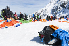Η σειρά αναμονής για κρεμά τα ανεμοπλάνα με το σακίδιο πλάτης Στοκ φωτογραφία με δικαίωμα ελεύθερης χρήσης