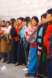 Η σειρά αναμονής Θιβετιανών εισάγει το ναό Lhasa Jokhang Στοκ Φωτογραφία