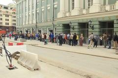 Η σειρά αναμονής στο θεατρικό θάλαμο εισιτηρίων στη Μόσχα Στοκ φωτογραφία με δικαίωμα ελεύθερης χρήσης