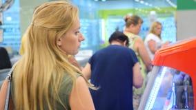 Η σειρά αναμονής των ανθρώπων που στέκονται στον έλεγχο στην υπεραγορά 4k, σε αργή κίνηση απόθεμα βίντεο