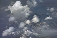 Η σειρά βουνών στην ομίχλη, η ομίχλη καλύπτει το διάστημα, τα άσπρα σύννεφα σωρειτών κατεβαίνουν στην κορυφή Στοκ φωτογραφία με δικαίωμα ελεύθερης χρήσης