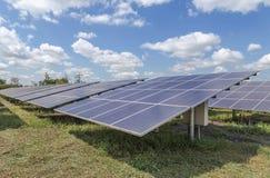 Η σειρά ηλιακών κυττάρων λεπτών ταινιών ή τα άμορφα ηλιακά κύτταρα πυριτίου στις εγκαταστάσεις ηλιακής ενέργειας εμφανίζεται skyw στοκ εικόνα με δικαίωμα ελεύθερης χρήσης