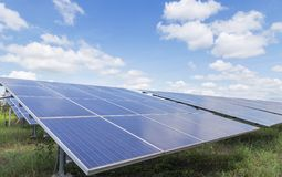 Η σειρά ηλιακών κυττάρων λεπτών ταινιών ή τα άμορφα ηλιακά κύτταρα πυριτίου στις εγκαταστάσεις ηλιακής ενέργειας εμφανίζεται skyw στοκ εικόνα