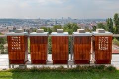 Η σειρά του μελισσουργείου στη στέγη ενός σπιτιού πολυόροφων κτιρίων στοκ φωτογραφίες