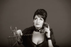 Η σεξουαλική γυναίκα που μιλά τηλεφωνικώς Στοκ φωτογραφία με δικαίωμα ελεύθερης χρήσης