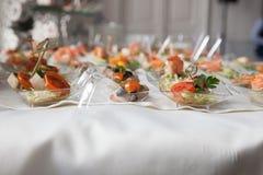 Η σερβιτόρα εξυπηρετεί τους πίνακες για το κόμμα κοκτέιλ catering Στοκ Εικόνες