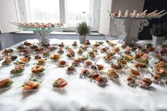 Η σερβιτόρα εξυπηρετεί τους πίνακες για το κόμμα κοκτέιλ catering Στοκ φωτογραφία με δικαίωμα ελεύθερης χρήσης