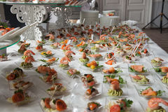 Η σερβιτόρα εξυπηρετεί τους πίνακες για το κόμμα κοκτέιλ catering Στοκ Εικόνα