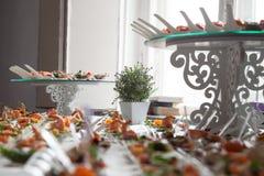 Η σερβιτόρα εξυπηρετεί τους πίνακες για το κόμμα κοκτέιλ catering Στοκ εικόνες με δικαίωμα ελεύθερης χρήσης