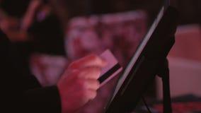 Η σερβιτόρα κάνει μια διαταγή για την κουζίνα χρησιμοποιώντας έναν υπολογιστή αφής ή POS το σύστημα στο εστιατόριο, που πιέζει τα απόθεμα βίντεο