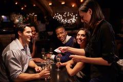 Η σερβιτόρα παίρνει την πληρωμή για το εστιατόριο Μπιλ στην ψηφιακή ταμπλέτα Στοκ εικόνα με δικαίωμα ελεύθερης χρήσης
