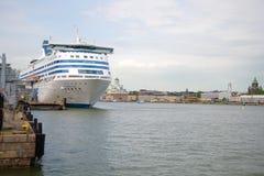 Η σερενάτα ` πορθμείων ` Silya κρουαζιέρας στο λιμάνι του Ελσίνκι το νεφελώδες απόγευμα Στοκ Εικόνα