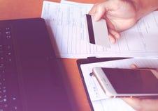 Η σε απευθείας σύνδεση πληρωμή, γυναίκα που χρησιμοποιεί το έξυπνο τηλέφωνο και πληρώνει από την πιστωτική κάρτα φ Στοκ εικόνες με δικαίωμα ελεύθερης χρήσης
