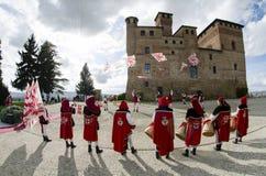 Η σημαία διστάζει και τυμπανιστών παρέλαση μπροστά από το κάστρο Grinza στοκ εικόνες