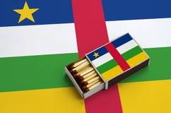 Η σημαία Κεντροαφρικανικής Δημοκρατίας παρουσιάζεται σε ένα ανοικτό σπιρτόκουτο, το οποίο γεμίζουν με τις αντιστοιχίες και βρίσκε στοκ εικόνες