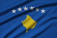 Η σημαία Κοσόβου απεικονίζεται σε ένα ύφασμα αθλητικών υφασμάτων με πολλές πτυχές Έμβλημα αθλητικών ομάδων στοκ φωτογραφίες με δικαίωμα ελεύθερης χρήσης