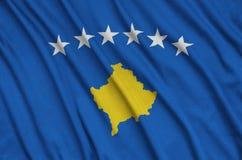 Η σημαία Κοσόβου απεικονίζεται σε ένα ύφασμα αθλητικών υφασμάτων με πολλές πτυχές Έμβλημα αθλητικών ομάδων στοκ εικόνα