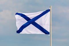 Η σημαία ναυτικού ή ensign της Ρωσικής Ομοσπονδίας στο υπόβαθρο του νεφελώδους ουρανού στον καιρό αέρα Στοκ Φωτογραφίες