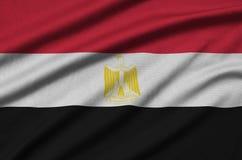 Η σημαία της Αιγύπτου απεικονίζεται σε ένα ύφασμα αθλητικών υφασμάτων με πολλές πτυχές Έμβλημα αθλητικών ομάδων στοκ εικόνες