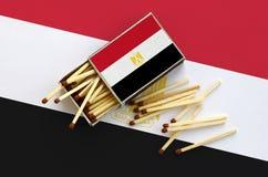 Η σημαία της Αιγύπτου παρουσιάζεται σε ένα ανοικτό σπιρτόκουτο, από το οποίο διάφορες αντιστοιχίες αφορούν και βρίσκονται μια μεγ στοκ εικόνες