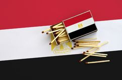 Η σημαία της Αιγύπτου παρουσιάζεται σε ένα ανοικτό σπιρτόκουτο, από το οποίο διάφορες αντιστοιχίες αφορούν και βρίσκονται μια μεγ στοκ φωτογραφίες με δικαίωμα ελεύθερης χρήσης