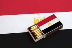 Η σημαία της Αιγύπτου παρουσιάζεται σε ένα ανοικτό σπιρτόκουτο, το οποίο γεμίζουν με τις αντιστοιχίες και βρίσκεται σε μια μεγάλη στοκ εικόνες