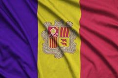 Η σημαία της Ανδόρας απεικονίζεται σε ένα ύφασμα αθλητικών υφασμάτων με πολλές πτυχές Έμβλημα αθλητικών ομάδων στοκ φωτογραφία